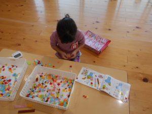 遊戯室で遊ぶ園児