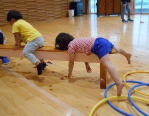 平均台で遊ぶ園児