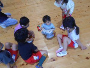 本を一緒に見る5歳児と1歳児