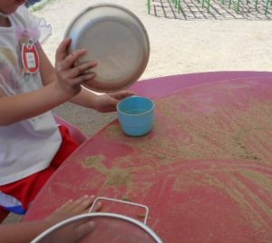 砂遊びをする園児