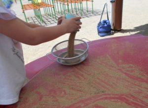砂で遊ぶ園児