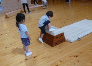 跳び箱で遊ぶ園児